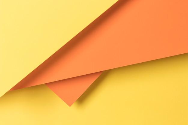 Coloridos armarios decorativos en mesa