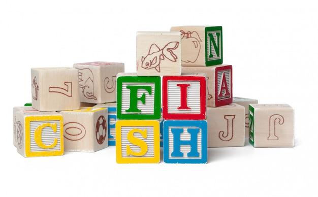 Coloridos bloques del alfabeto. palabra pez aislado en blanco