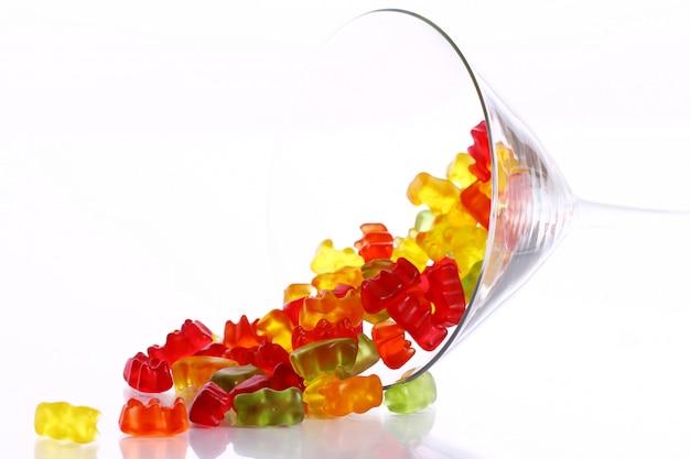 Coloridos caramelos de oso gomoso en el cristal