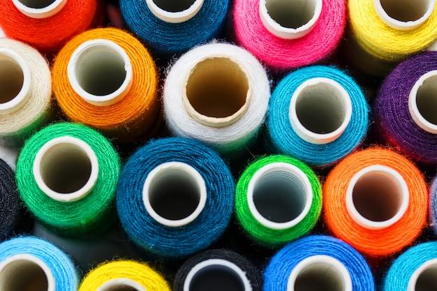 Coloridos carretes de hilo de coser. hilo de color para coser