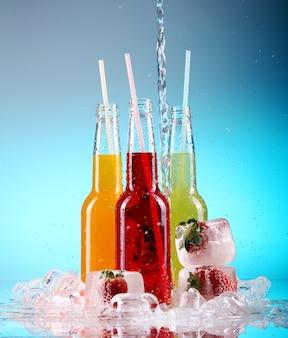 Coloridos cócteles con hielo