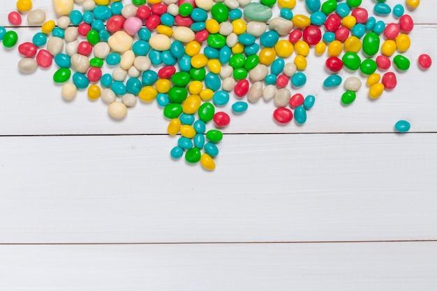 Coloridos dulces en madera