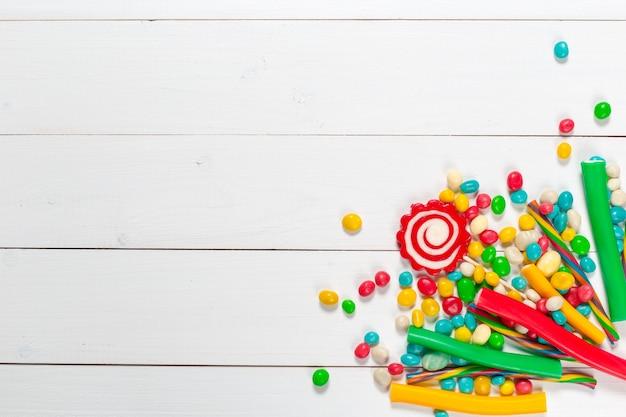 Coloridos dulces en mesa de madera