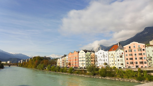Coloridos edificios cerca del río en el cielo azul con nubes