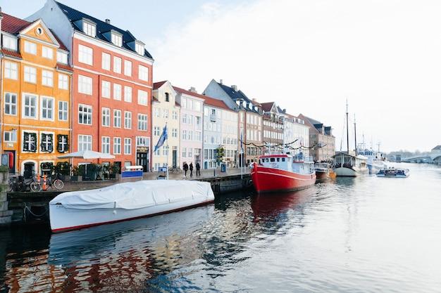 Coloridos edificios en el paseo marítimo del canal de la ciudad