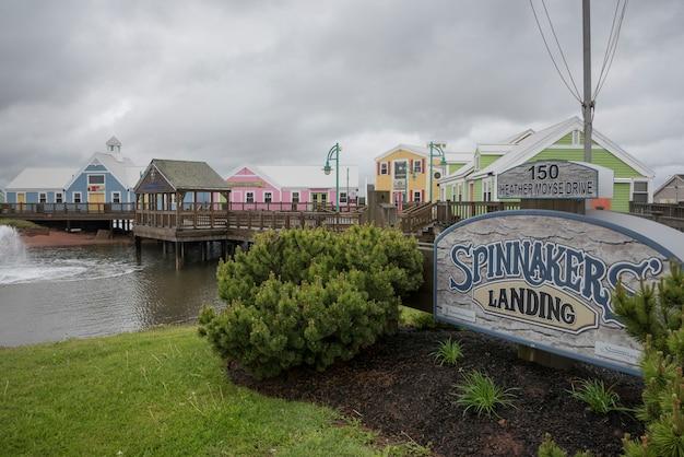 Coloridos edificios en spinnakers landing, summerside, isla del príncipe eduardo, canadá