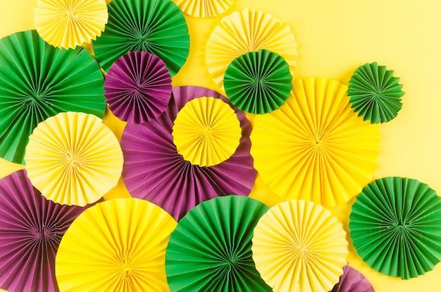 Coloridos fanáticos del carnaval en mesa amarilla