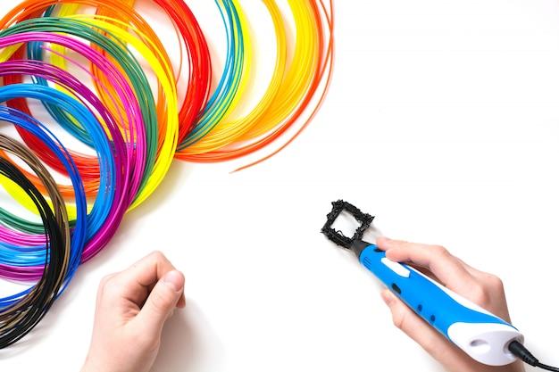 Coloridos filamentos de plástico arcoíris para pluma 3d en blanco