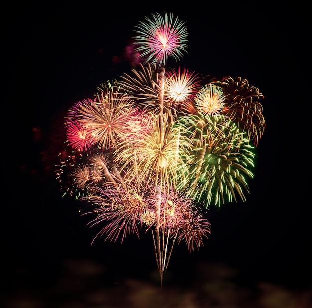 Coloridos fuegos artificiales para celebraciones sobre fondo negro