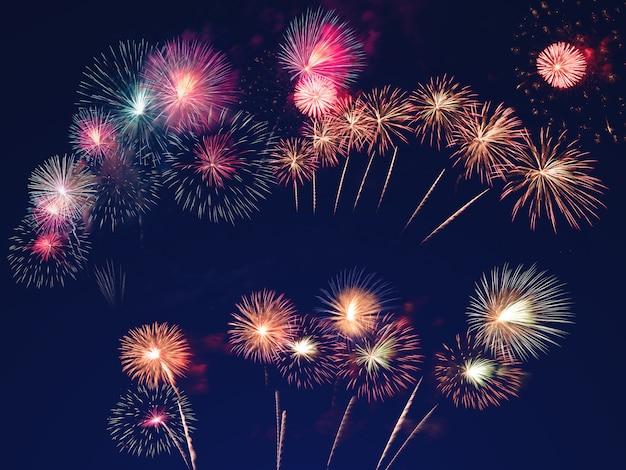 Coloridos fuegos artificiales en el cielo negro. concepto de celebración y aniversario.