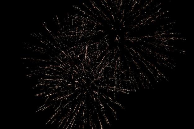 Coloridos fuegos artificiales en el cielo negro. día de la independencia, cuatro de julio.