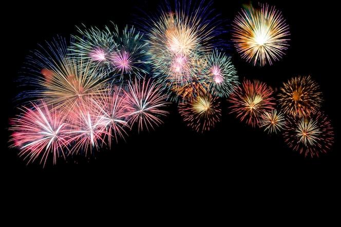 Coloridos fuegos artificiales en la noche iluminan el cielo.