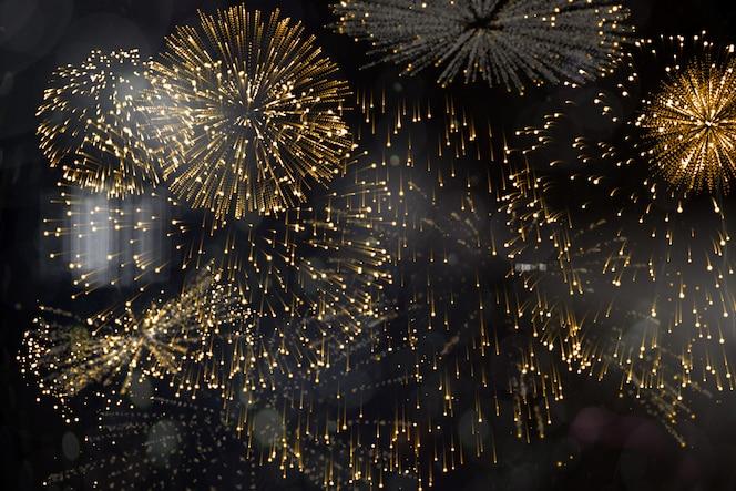 Coloridos fuegos artificiales explotando sobre fondo negro