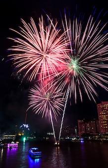 Coloridos fuegos artificiales sobre el río chao phraya en bangkok, tailandia