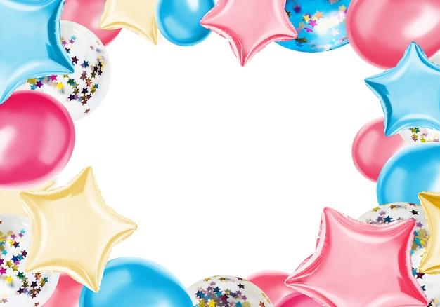 Coloridos globos aislados en un color pastel.