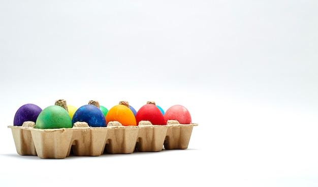 Coloridos huevos de pascua en caja