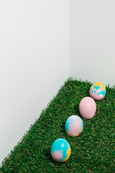 Coloridos huevos de pascua esparcidos sobre la hierba verde