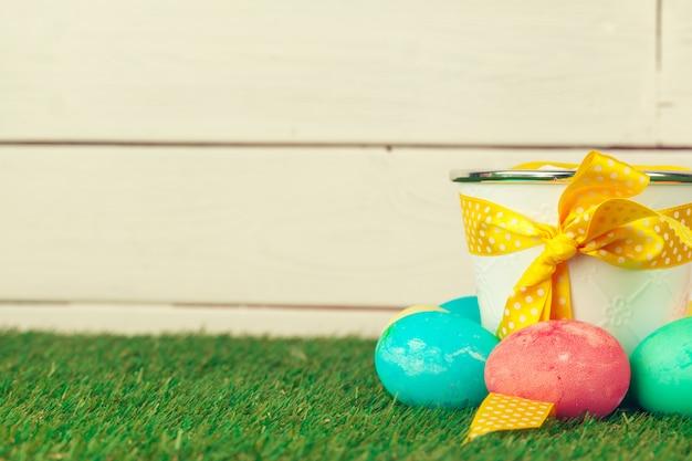 Coloridos huevos de pascua en la hierba