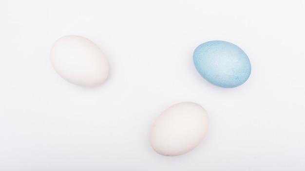 Coloridos huevos de pascua en mesa blanca