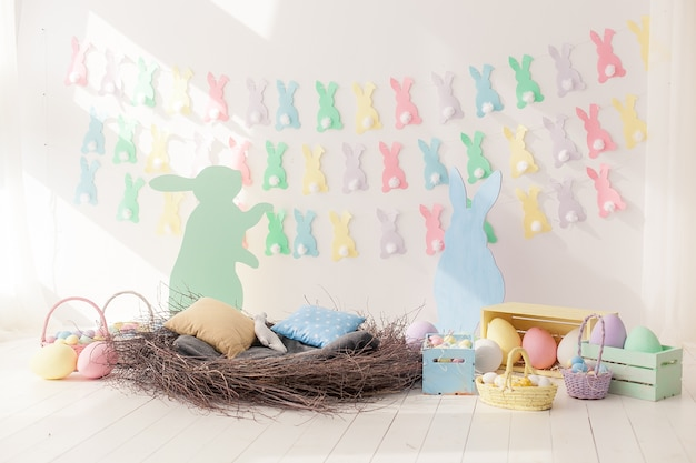 Coloridos huevos de pascua en nido desde y cestas