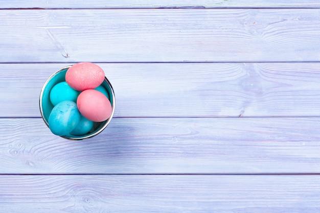 Coloridos huevos de pascua pintados en rosa
