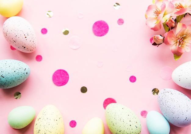Coloridos huevos de pascua