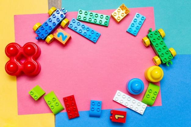 Coloridos juguetes educativos para niños, con copia espacio. concepto de bebés de niños de infancia infantil