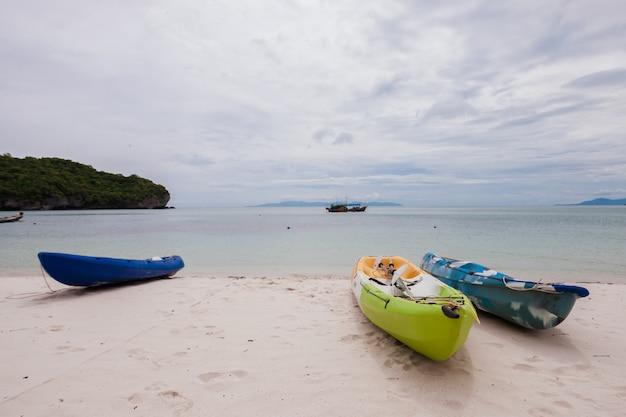 Coloridos kayaks en la playa en tailandia