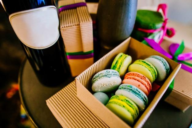 Coloridos macarons en caja