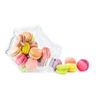 Coloridos macarons franceses en un frasco de vidrio