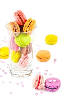Coloridos macarons franceses en un vaso