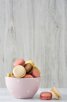 Coloridos macarons en un tazón vintage