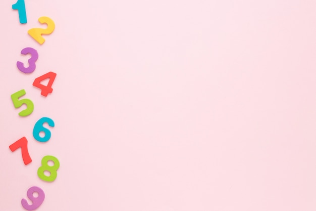 Coloridos números matemáticos con copia espacio fondo rosa