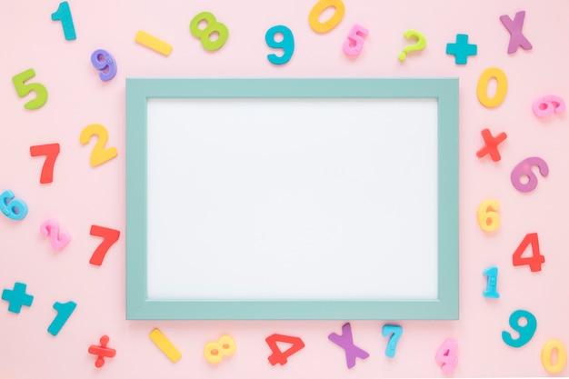 Coloridos números matemáticos que rodean la tarjeta blanca vacía