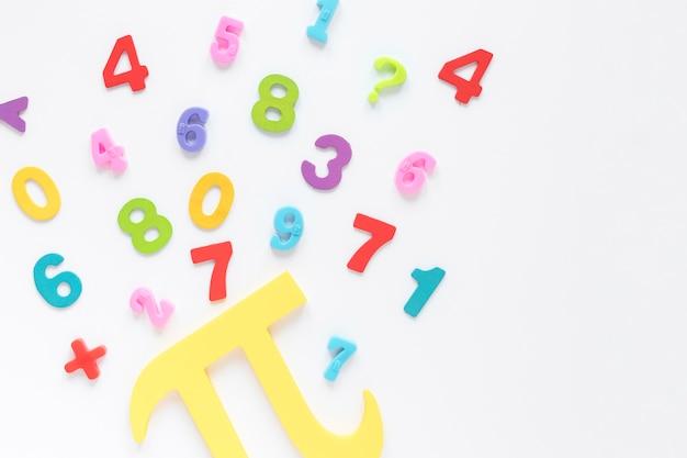Coloridos números matemáticos y símbolo pi