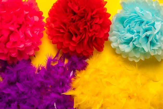 Coloridos objetos de carnaval sobre fondo amarillo