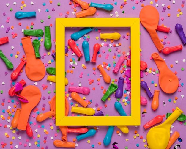 Coloridos objetos festivos con marco amarillo
