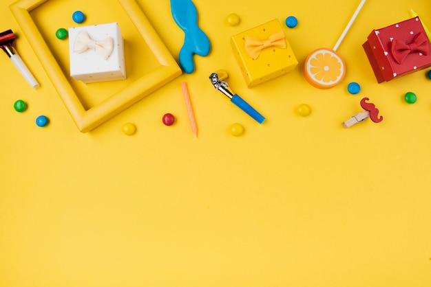 Coloridos objetos de fiesta de cumpleaños con espacio de copia