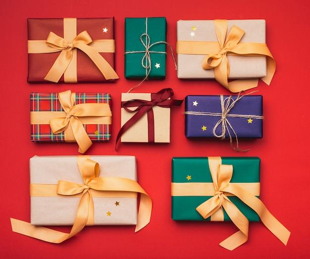 Coloridos regalos de navidad dispuestos con cinta