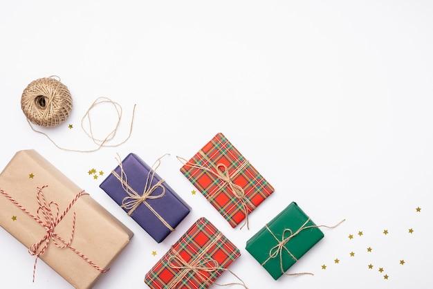 Coloridos regalos de navidad con estrellas doradas y cuerda