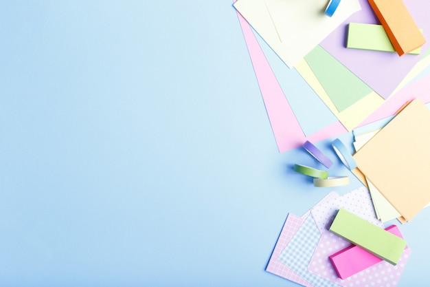 Coloridos suministros de papel estacionario