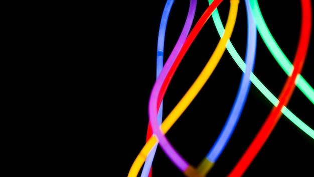 Coloridos tubos de neón en el fondo oscuro