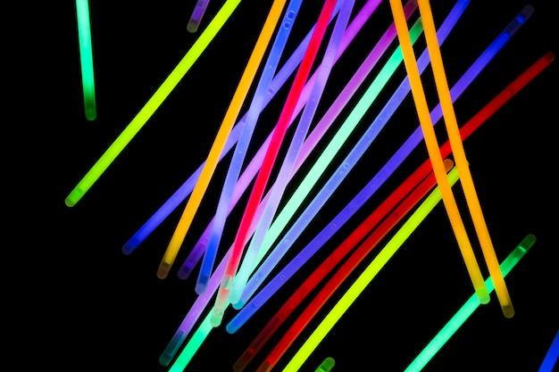 Coloridos tubos de neón sobre fondo oscuro