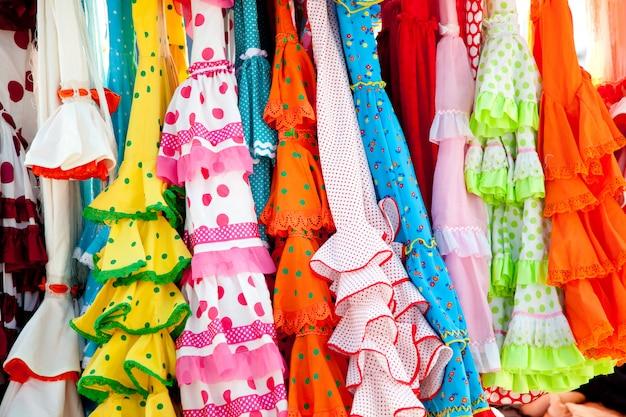 Coloridos vestidos gitanos en rack colgados en españa.