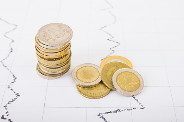 Columna de monedas en la mesa
