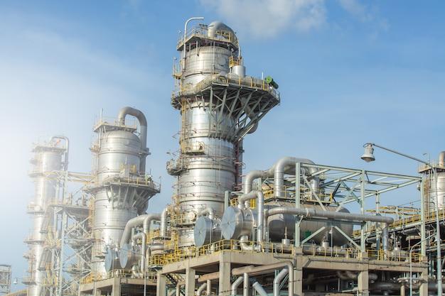 Columna, torre de columnas y intercambiador de calor en planta de separación de gases.