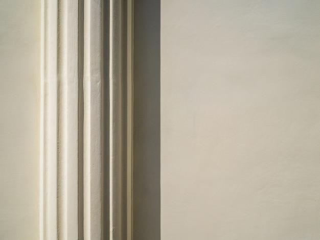 Columna de yeso en la pared del antiguo edificio.