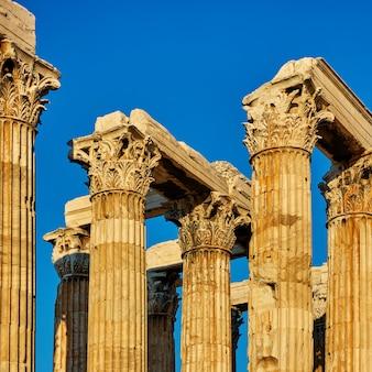 Columnas antiguas con capiteles en atenas, grecia