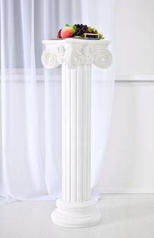 Columnas blancas con capiteles estilo renacentista