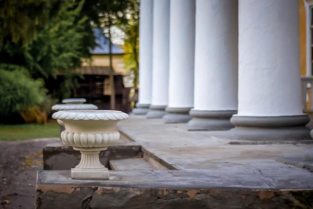 Columnas blancas cerca de la entrada a la finca.